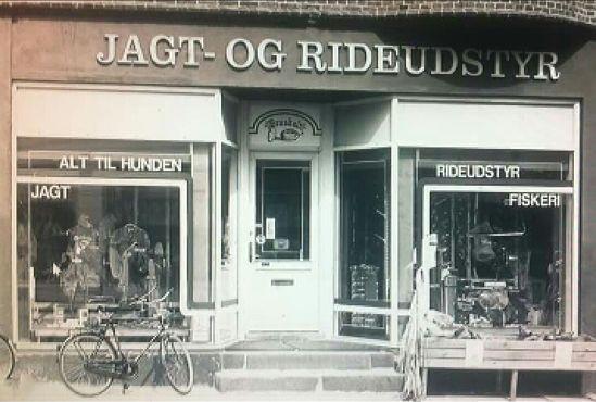 Den første butik i Stokbrogade, som husede Brasholt i 24 år. Derefter fulgte 12 år på Fuglsigvej, inden turen gik til den nuværende butik på Vandværksvej, hvor man har ligget sidste 4 år.