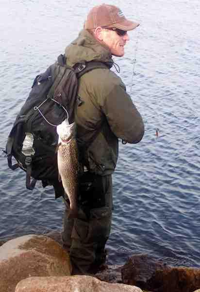 Søren med en tokilos på tasken. Denne fisk blev en åbenbaring for Søren – og startskuddet på hans karriere med rå blink.