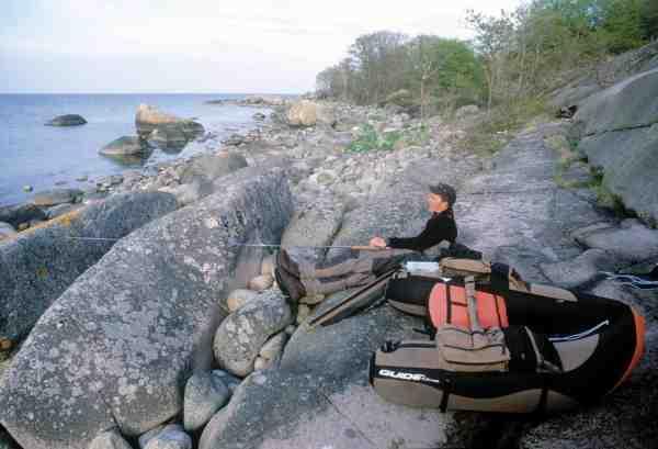 Et velfortjent hvil efter en dag på havet. Det er hårdt arbejde at fiske havørred fra flydering.