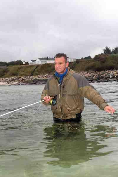 Kern Leo Lund afsøger systematisk badekarret ved sit hjemmevand. Det er ikke mange fisk, der går ubemærket forbi den garvede kystfluefisker i det klare rolige vand.