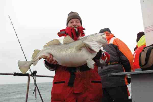 Kenn Holm med 17 kilos torsk.