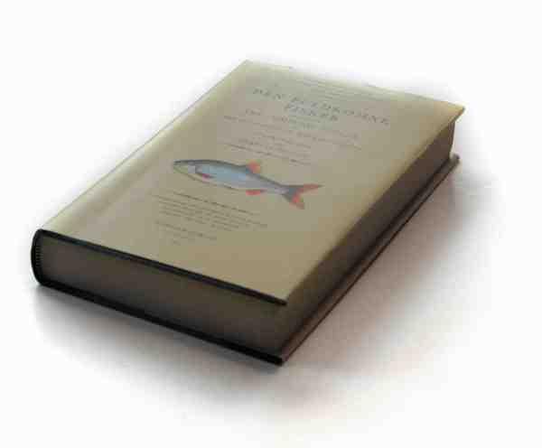 Den danske oversættelse af »The Compleat Angler«. På dansk »Den fuldkomne fisker«. Bogen blev udgivet af Lystfiskeriforeningen i 1943. Det er verdens mest læste fiskebog, og er efterhånden udkommet i 200 forskellige udgaver på mange forskellige sprog. Skallen er tegnet af den anerkendte danske tegner Ib Andersen (1907-1969), som også tegnede motiver til pengesedler – fx firbenet på 500 kronesedelen.