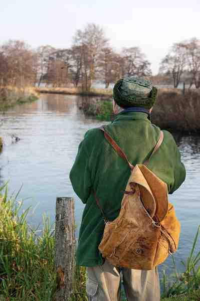 Jens fortæller om både ørrederne og sandarterne i Mossø, som ses i baggrunden. Sæsonen var slut, da vi besøgte Klostermølle, så fiskeri blev det ikke til, selvom fiskestangen var med – for syns skyld, syntes Jens.