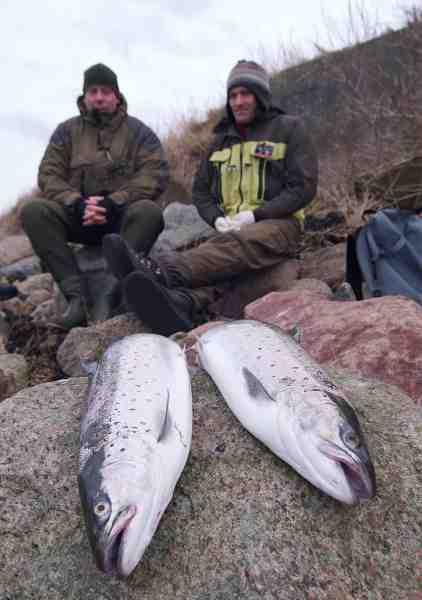 Jacob Fardan og vores gode ven og lokalguide, Hans-Erik Jensen, hygger sig på kysten med et par fine blankfisk.