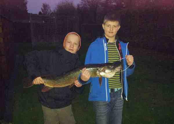 De unge gutter med dagens fangst fra Gudenåen.