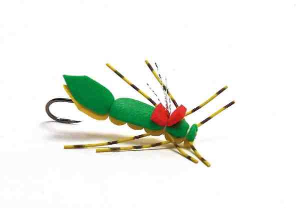 Skumgræshopper er ikke kun guf for bækørreder – også laksene elsker disse iøjenfaldende tørfluer. Her en version bundet på rør og fisket med modhageløs karpekrog.