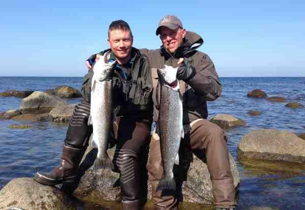Torben Smedegaard og Kenneth Kjeldsen Nielsen med et par flotte fisk fra deres tur til Sverige