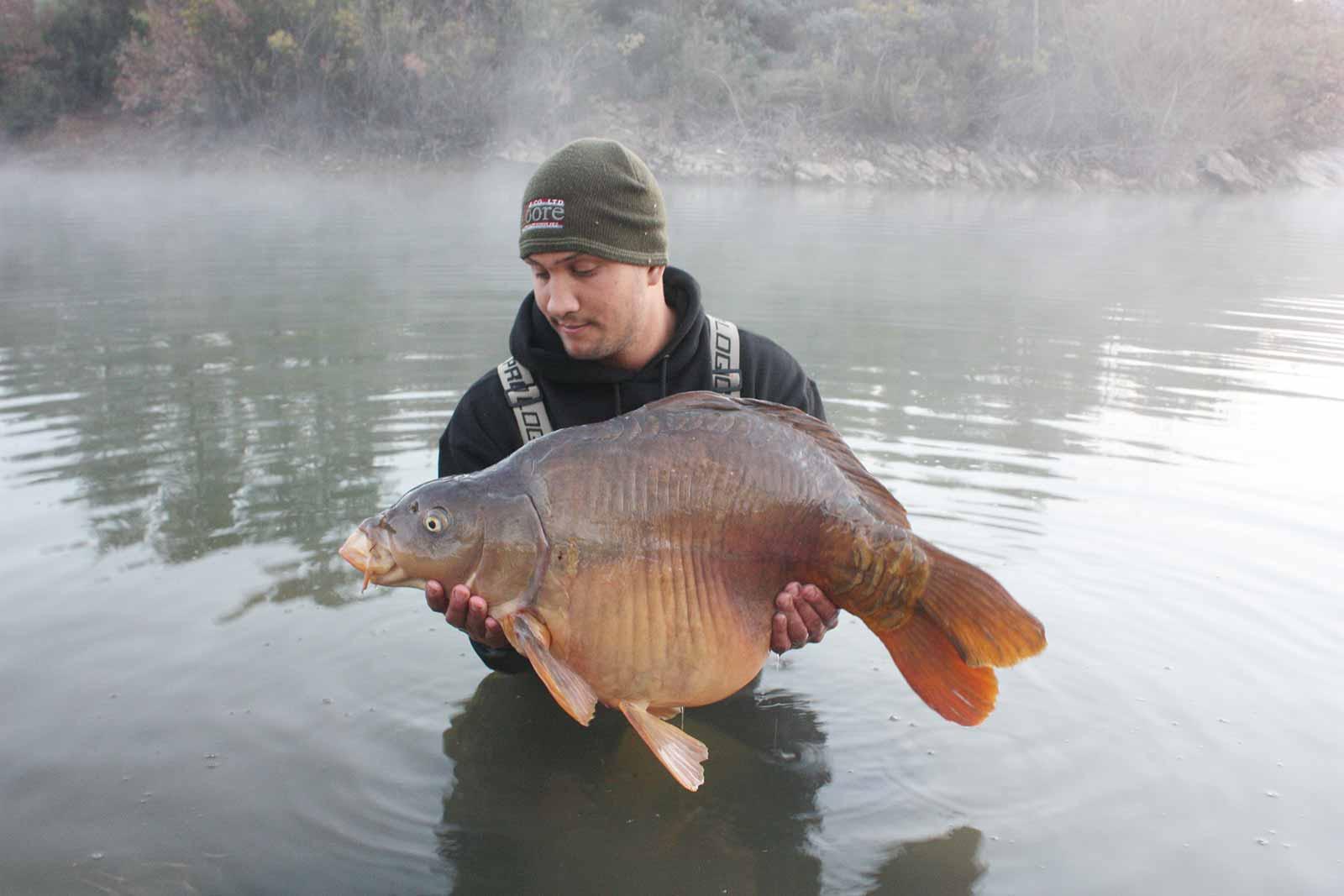 Karpefiskeri om vinteren i den legendariske franske sø Cassien