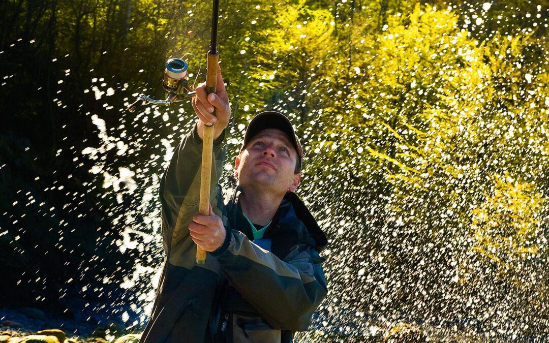 Tue Blaxekjær fisker efter havørred på Møns kyst
