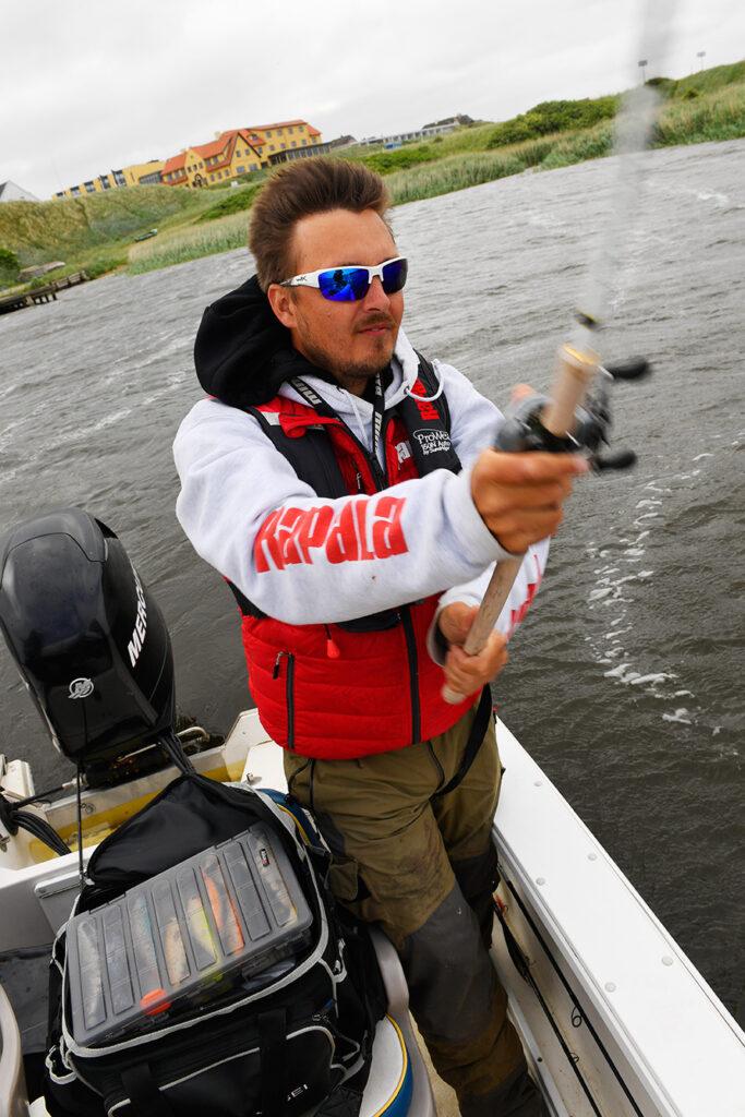 Morten Bech Nielsen fisker gedder i Ringkøbing Fjord