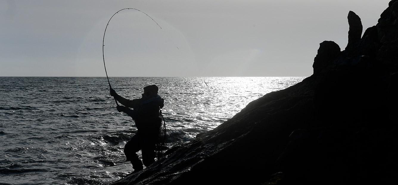Gorm andersen kaster med sit Daiwa grej på Stevns kyst