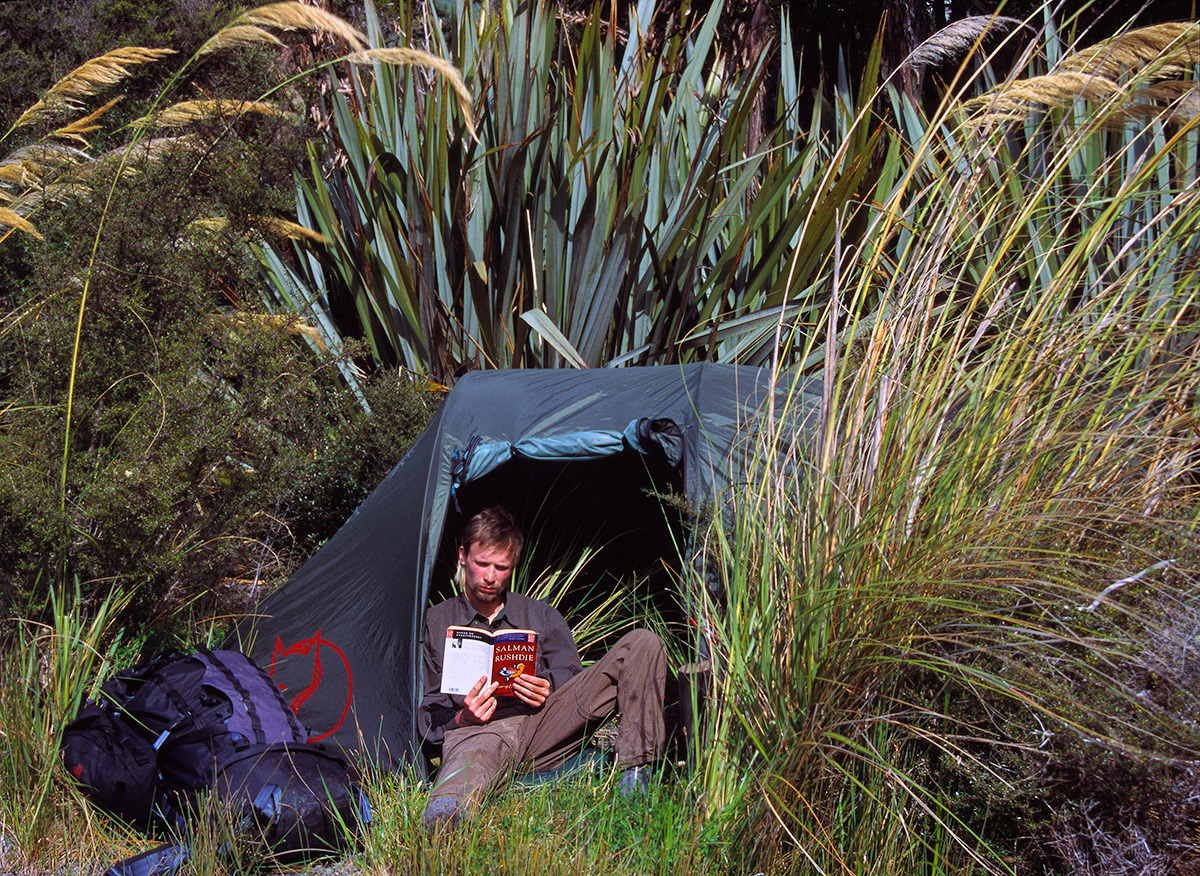 Jens Bursell nyder ventetiden i sit telt