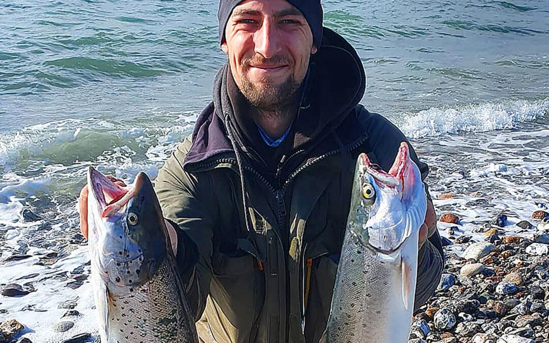 Martin Dangaard med et par flotte havørreder fra Helnæs på Fyn.