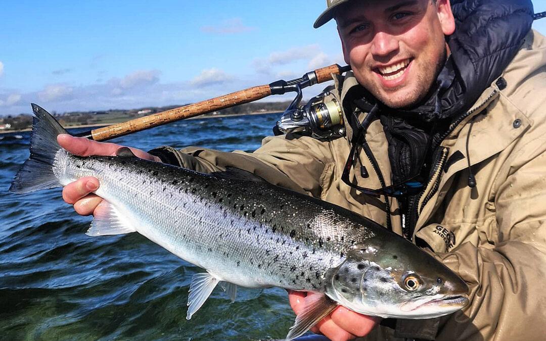 Mathias Olsen med havørred fra Isefjorden