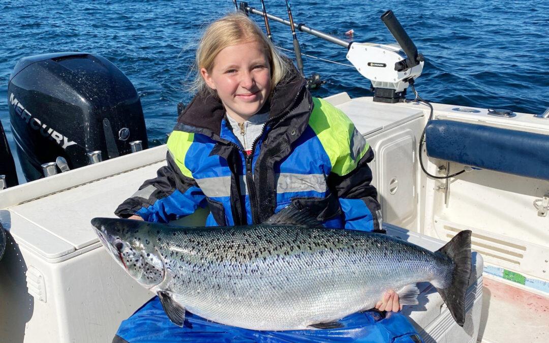 Caroline Hviid Christensen med 16 kilos laks på trolling ved Bornholm
