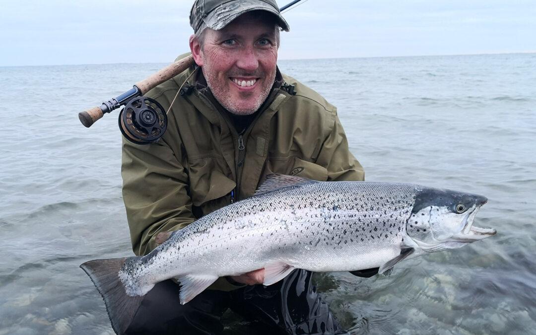 Frank Pedersen med sin flotte havørred på 64 cm