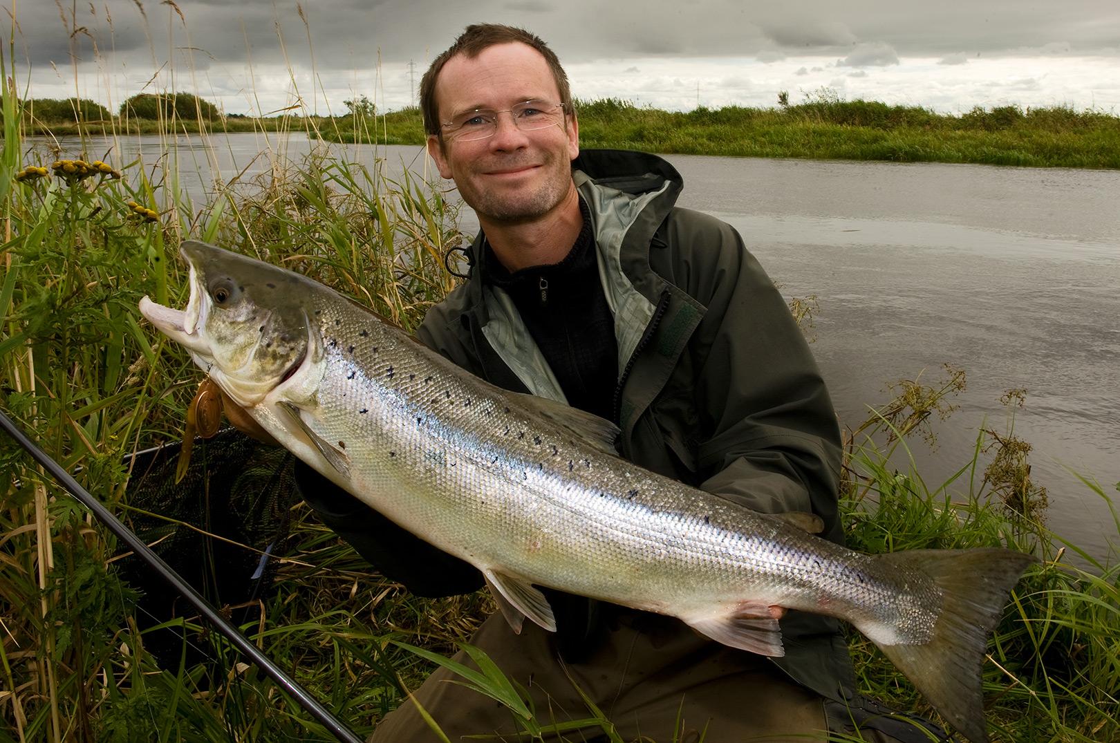 Jens Bursell med en fin laks taget på kondomspinner fisket med helikopter rig.