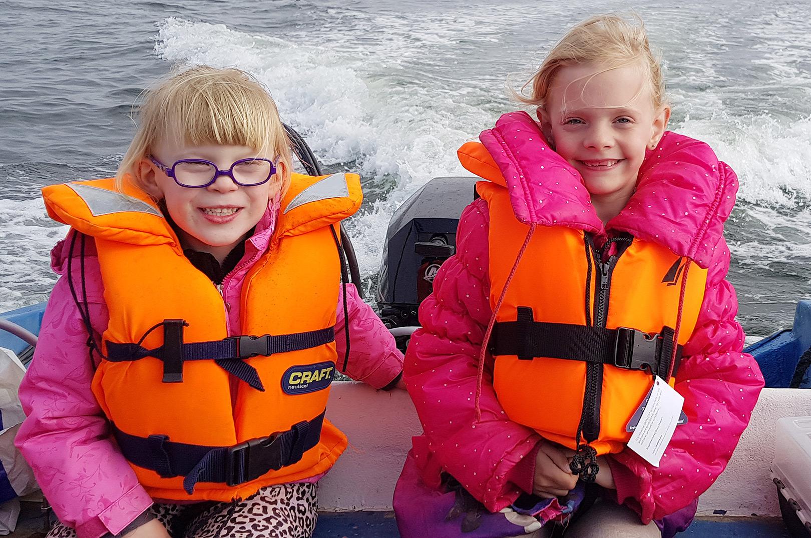 Annebell og Fraya på vej ud på hornfisketur