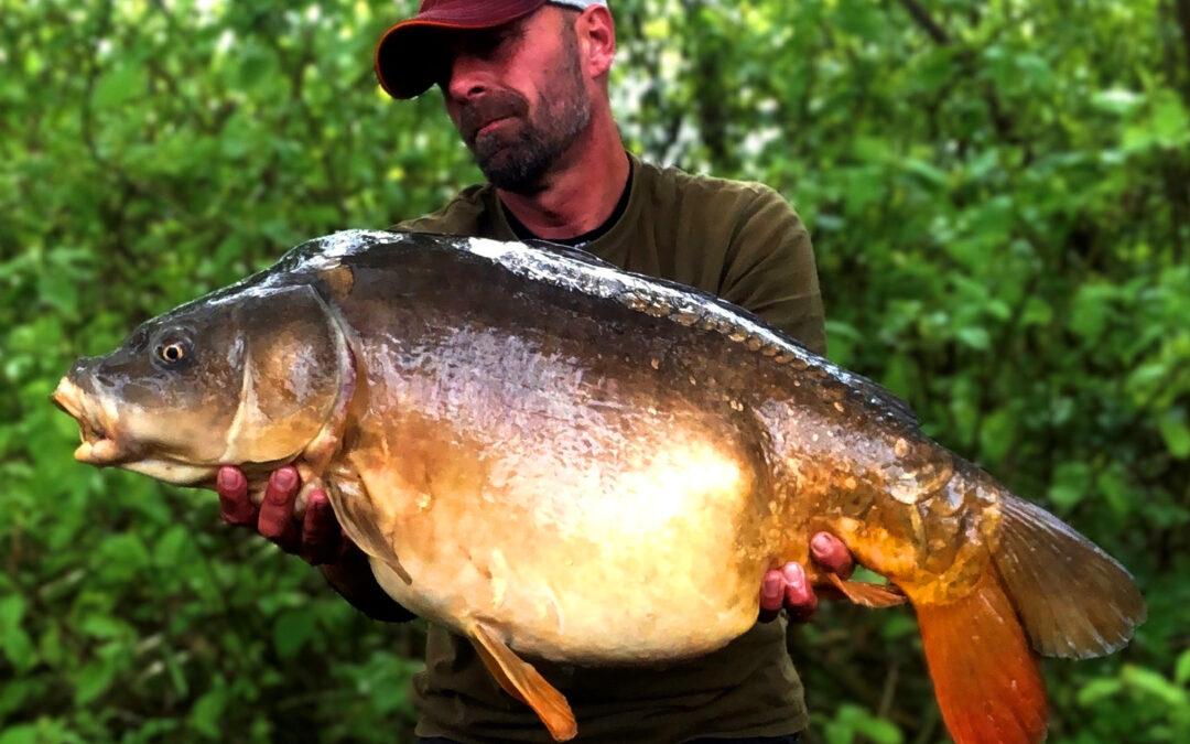 Peter Schmal med sin 14,2 kilos spejlkarpe