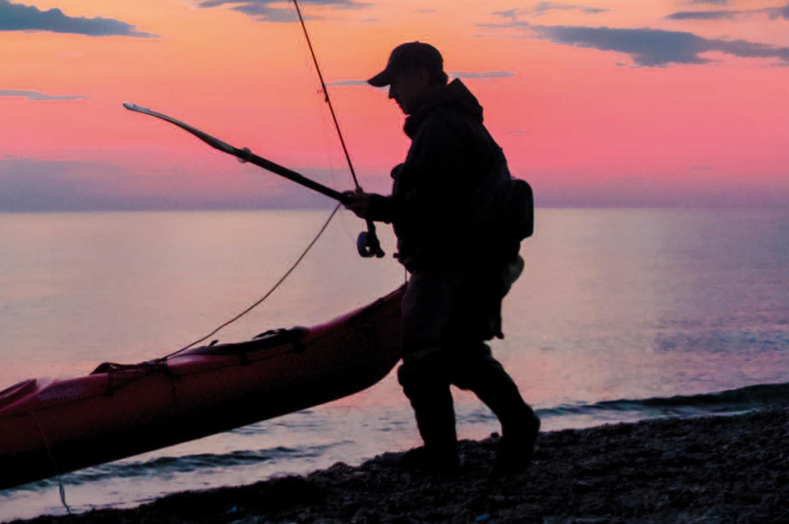 Bo Jensen søsætter sin kajak for at fisike havbars