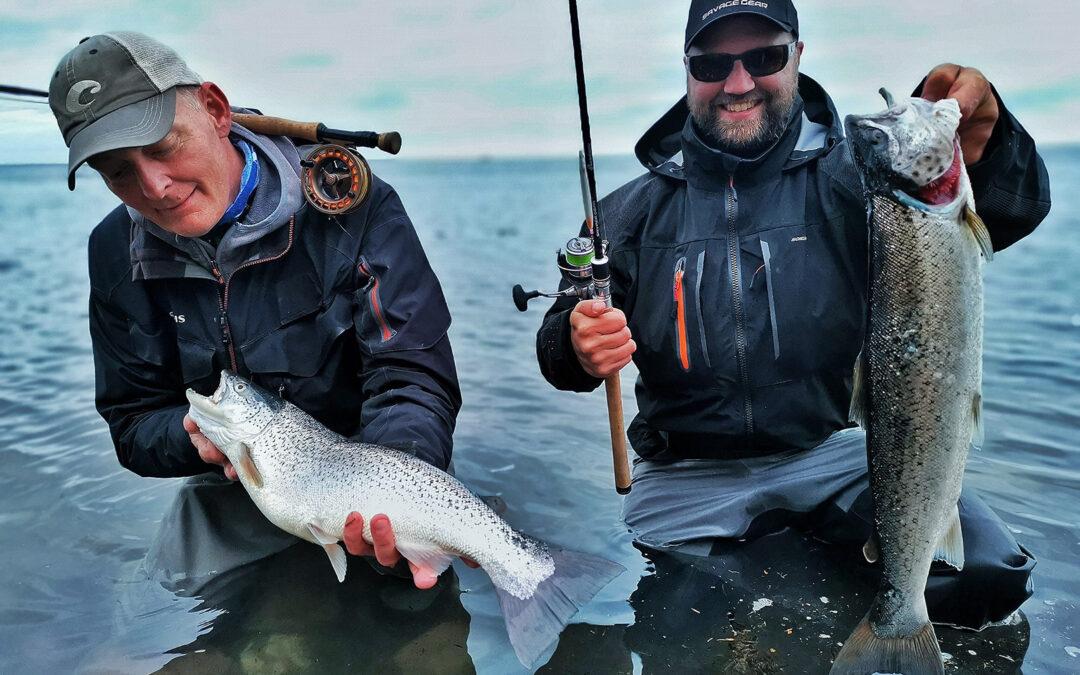 Lasse Pedersen og hans kammerat med to fine havørred