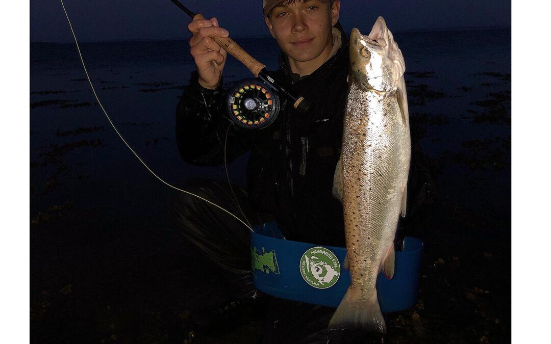 Sven Riber Hougaard med havørred taget på natfiskeri
