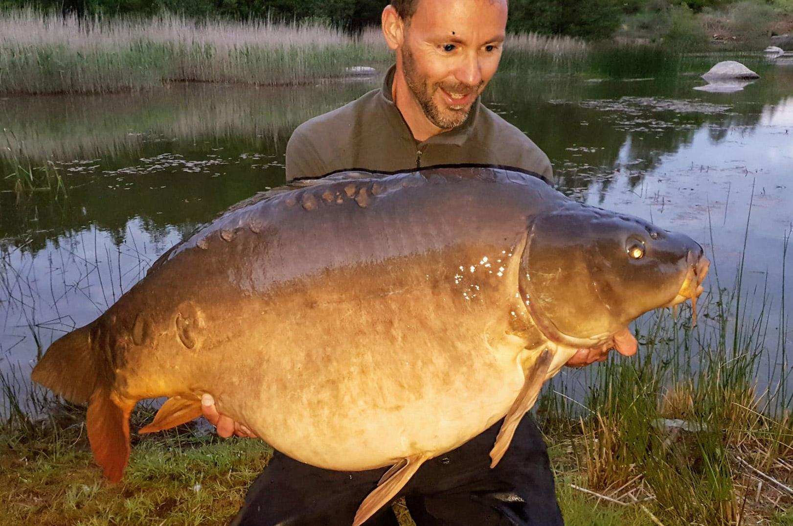 Leif Krause med sin 22,18 kilos karpe taget på overfaldefiskeri. 28 kilos karpen har du på det øverste foto i nyheden.