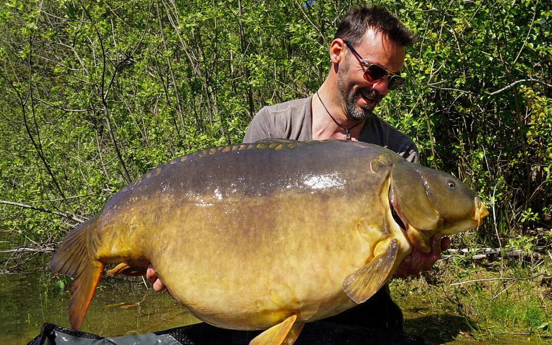 Leif Krause med sin fantastiske 28 kilos karpe taget på overfalden