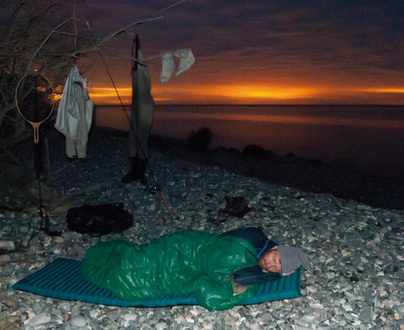 Et par timer på øjet efter en lang aften med vedholdende fiskeri under Jydelejet, giver lige det der skal til, for at fiske koncentreret igen i det tidlige morgengry. Et let underlag og en sovepose er alt der skal til for at få en velfortjent morfar mens solen farver nordenhimlen rød.