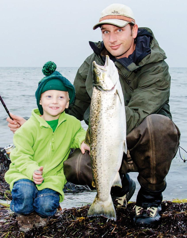 Artikelforfatter, Tue Blaxekjær og nevø med en flot havørred fra Østersøen. Det er fisk som denne, der får os til at trodse en grå og regnfuld sommerdag.