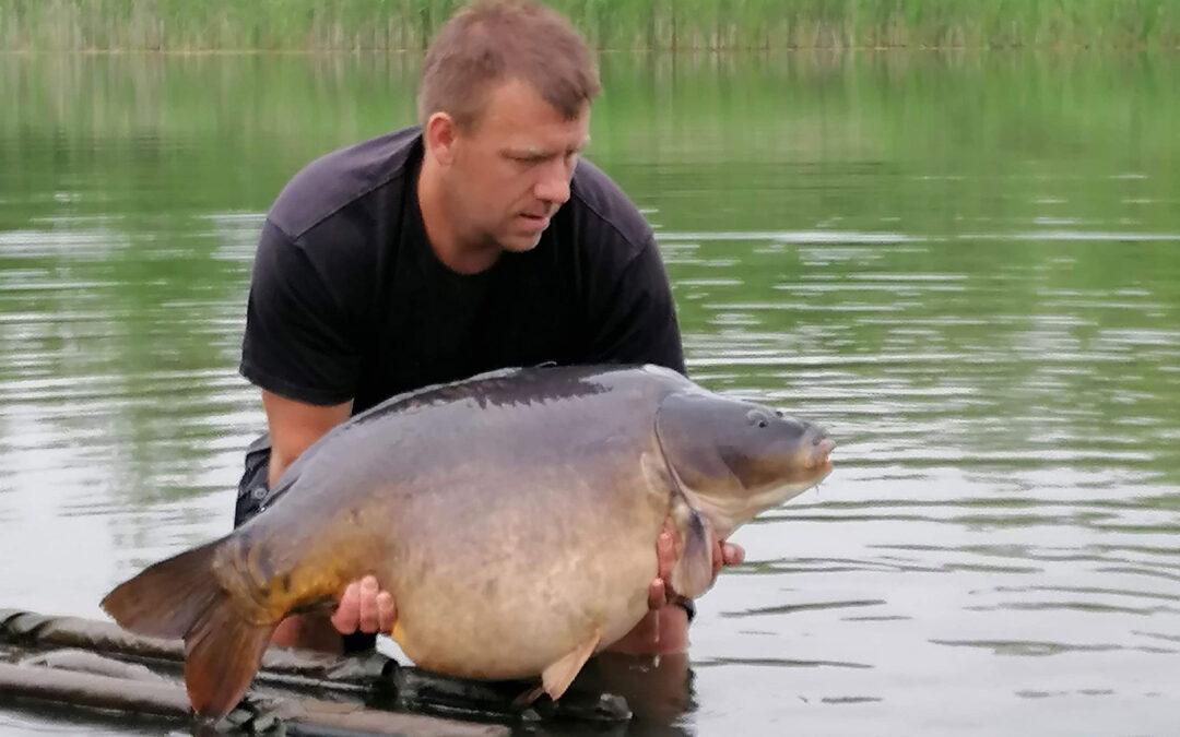 Lukasz Wilczynski med sin 20,49 kilos karpe