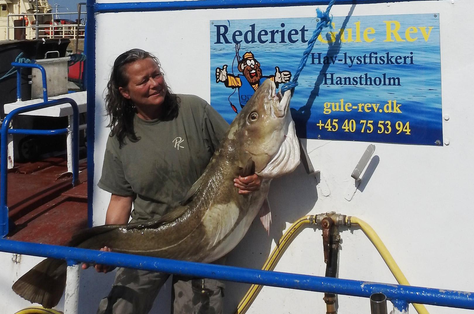 Ann-Brit Lyhr med sin flot5te 29 kilois torsk taget fra båden Yellow Reef