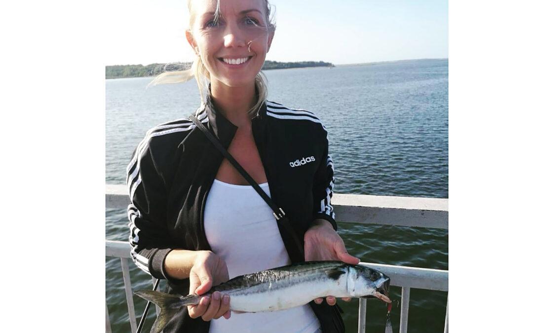 Ditte Kirstine Christensen med sin fine makrel fra Munkholmbroen
