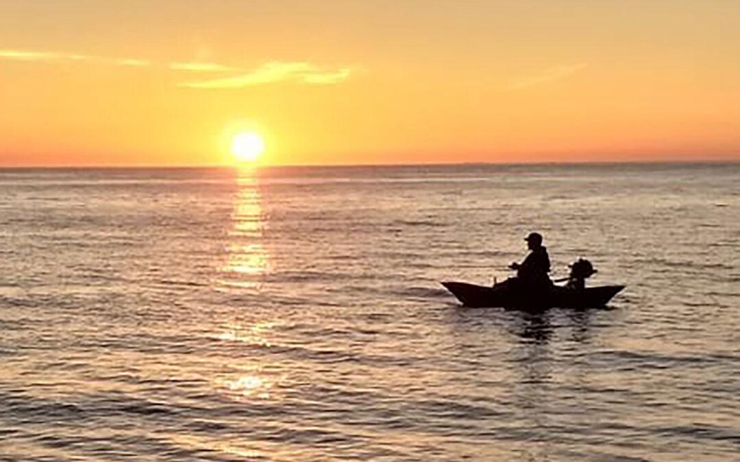 Havbarsfiskeri fra pontonbåd syd for Klitmøller