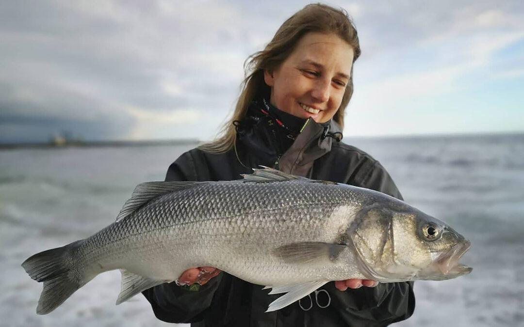 Irena Mathiasen med flot havbars fra Vestkysten.