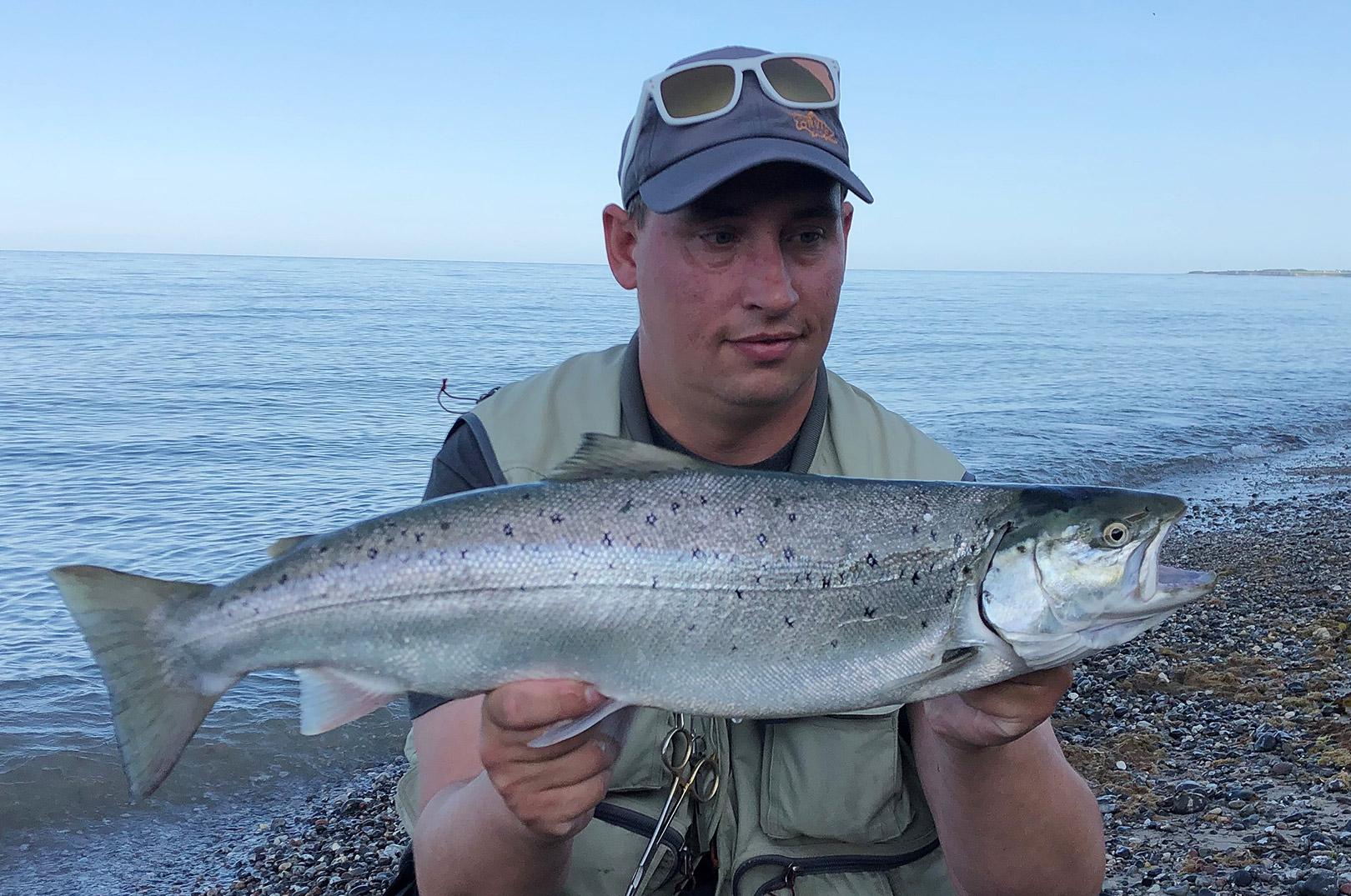 Lars Løve Lund med sin fine havørred fra Djurlands kyst