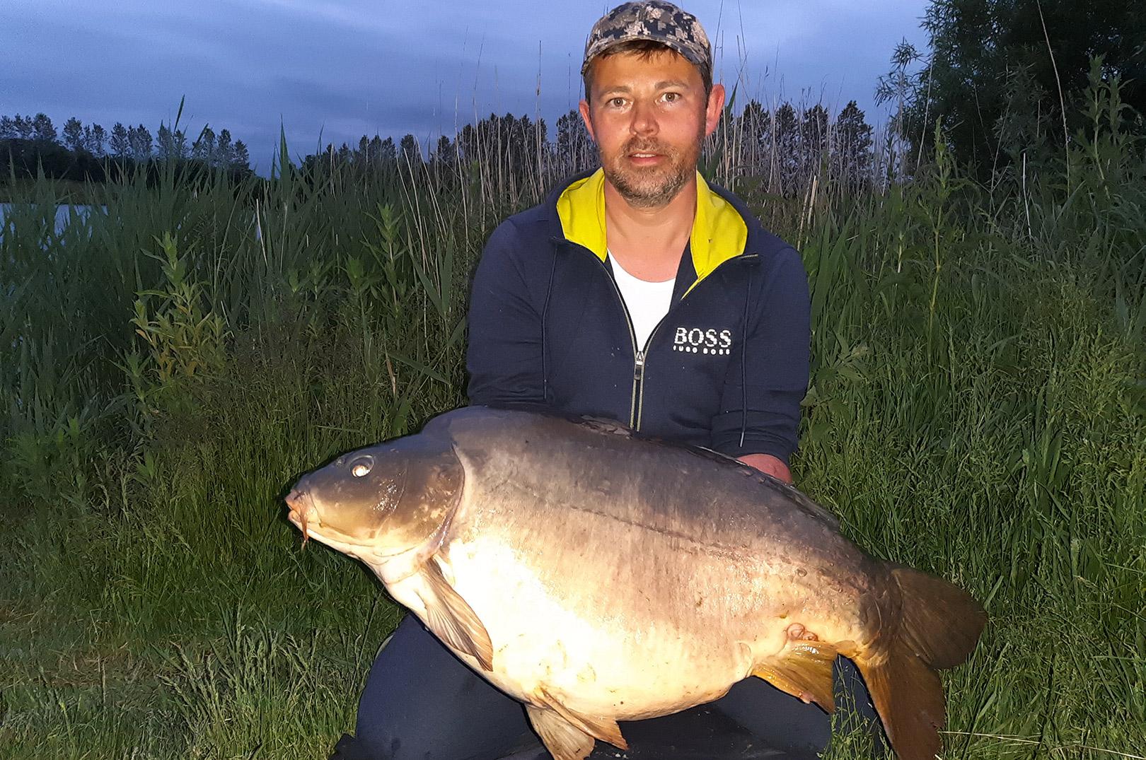 Morten Just Pedersen med sin 15 kilo + karpe fra RFL.