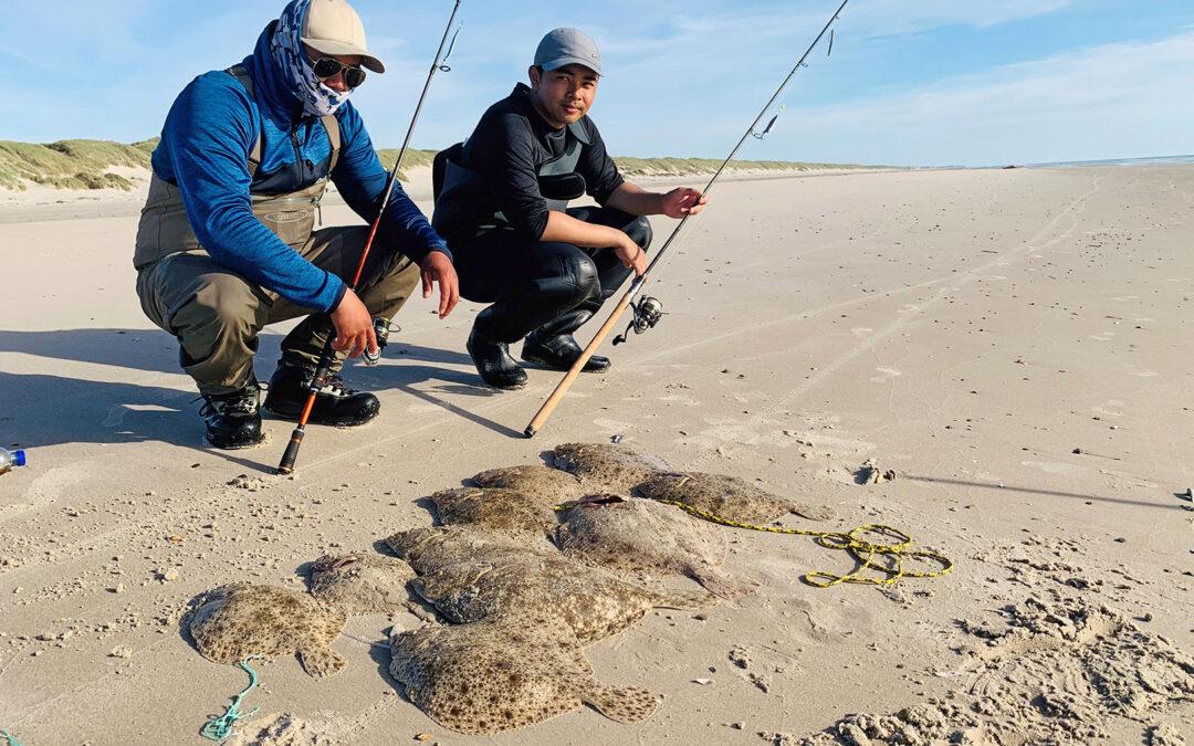 Phakphum Surintorn og hans kammerat med pighvar fra Vejers Strand