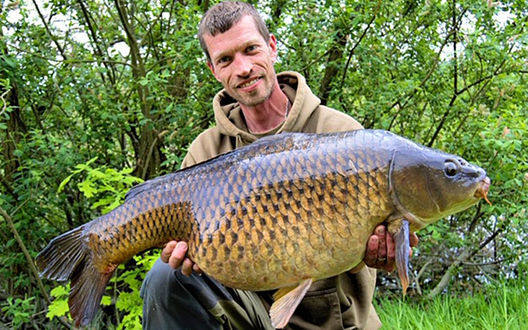 Thomas Svendsen med sin flotte skælkarpe på 12,5 kilo.