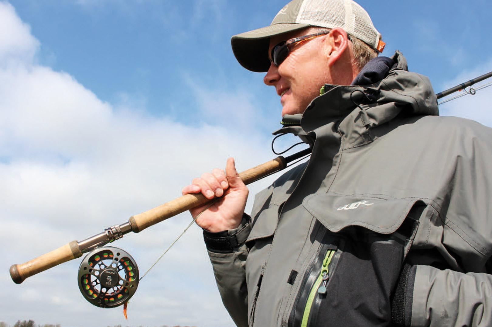 Tohåndsstangen er Kims foretrukne våben, men senere på sæsonen kan han sagtens finde på at fiske stribende fluer med enhåndsstangen.