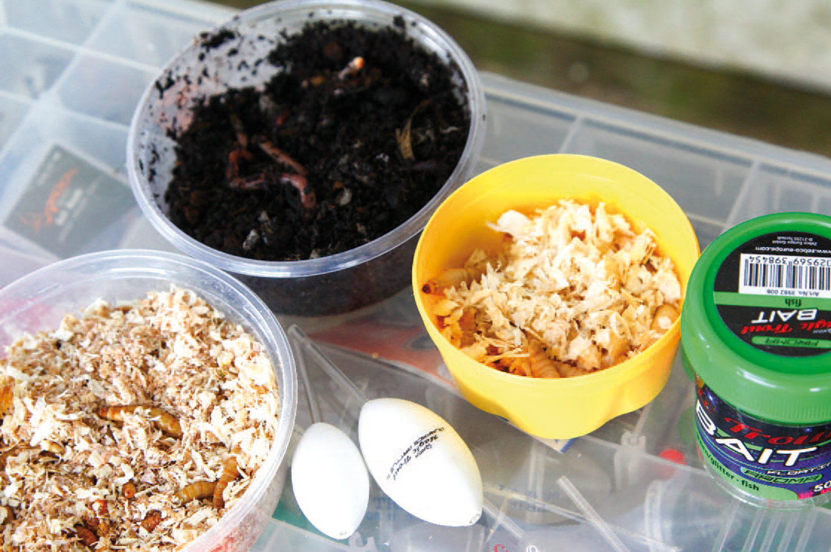 Til tremarella fiskeri benyttes som regel naturlig agn eller ørreddej. Teknikken er netop baseret på at man bombarderer fiskens sanser med lyd, lugt, bevægelse, trykbølger og farve, for at stimulere den til at hugge, og derfor bruger man altid agn med duft og smag.