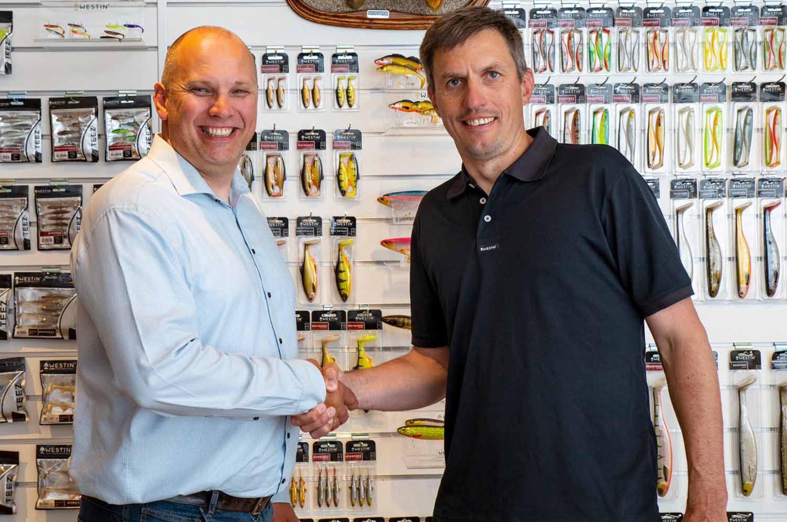 Thomas Wæver til venstre og Thomas Petersen Eldor til højre trykke hånd på ansættelsen af Wæver som export manager hos Westin.