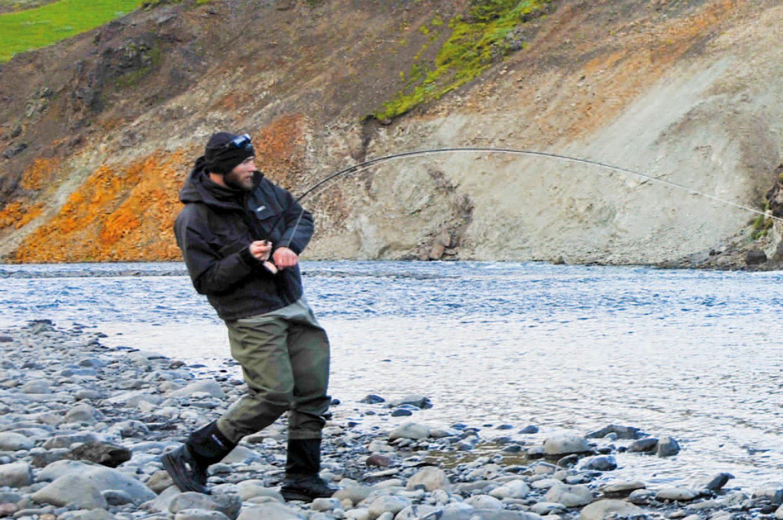 Fiskene i Stora Laxa er bomstærke, men med stærke forfang og et solidt pres, er det alligevel muligt at fiske dem på let grej – akkurat som forfatteren, der her er i gang med at fighte laks på en 9'#5 fluestang.