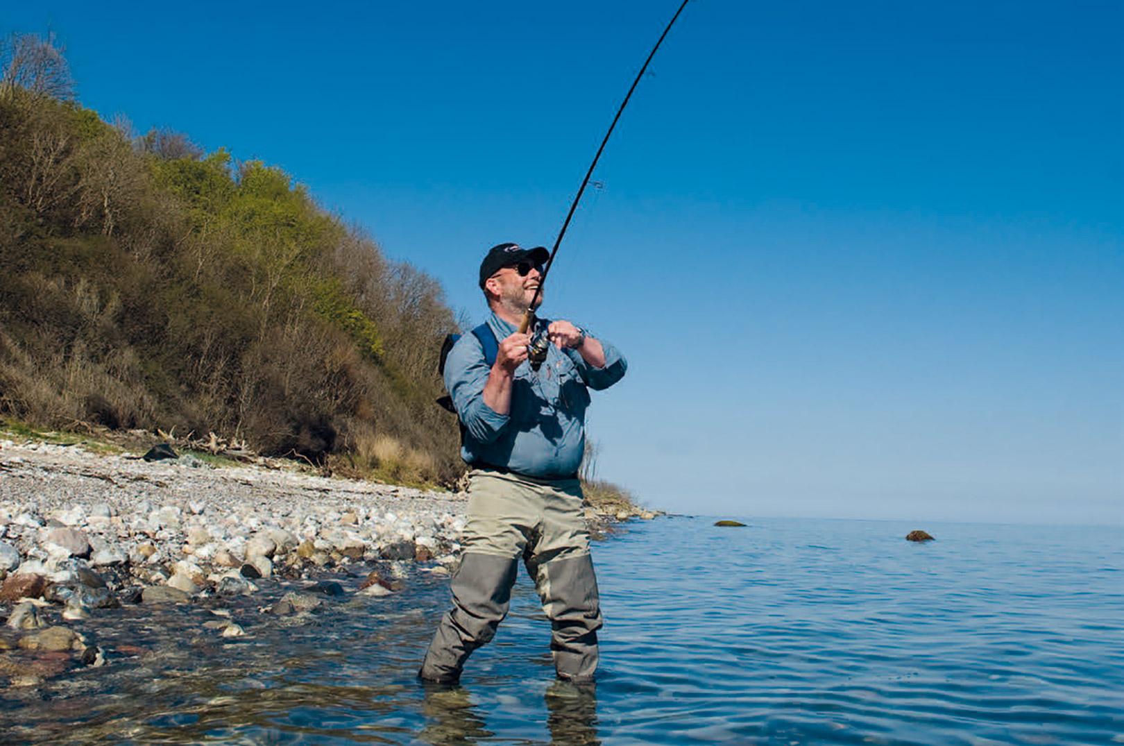 Dybt vand tæt under land holder tit fisk - selv i solskin.