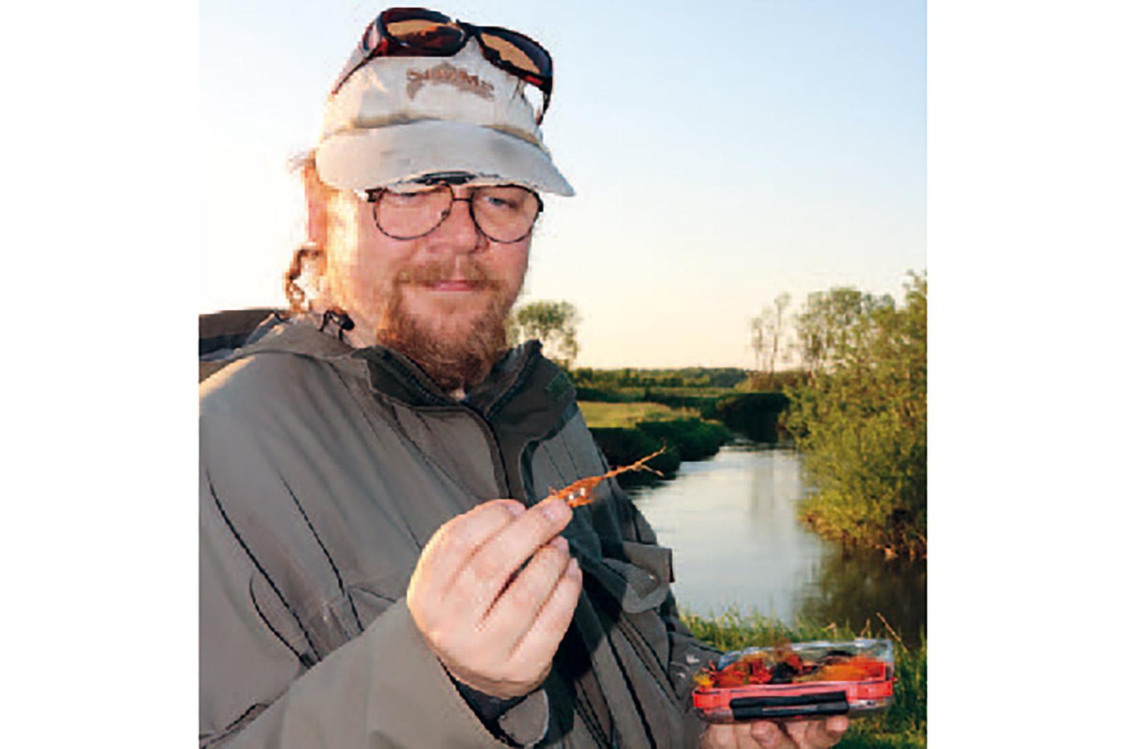 Martin Schack botaniserer i flueæsken, inden aftenens fiskeri går i gang.