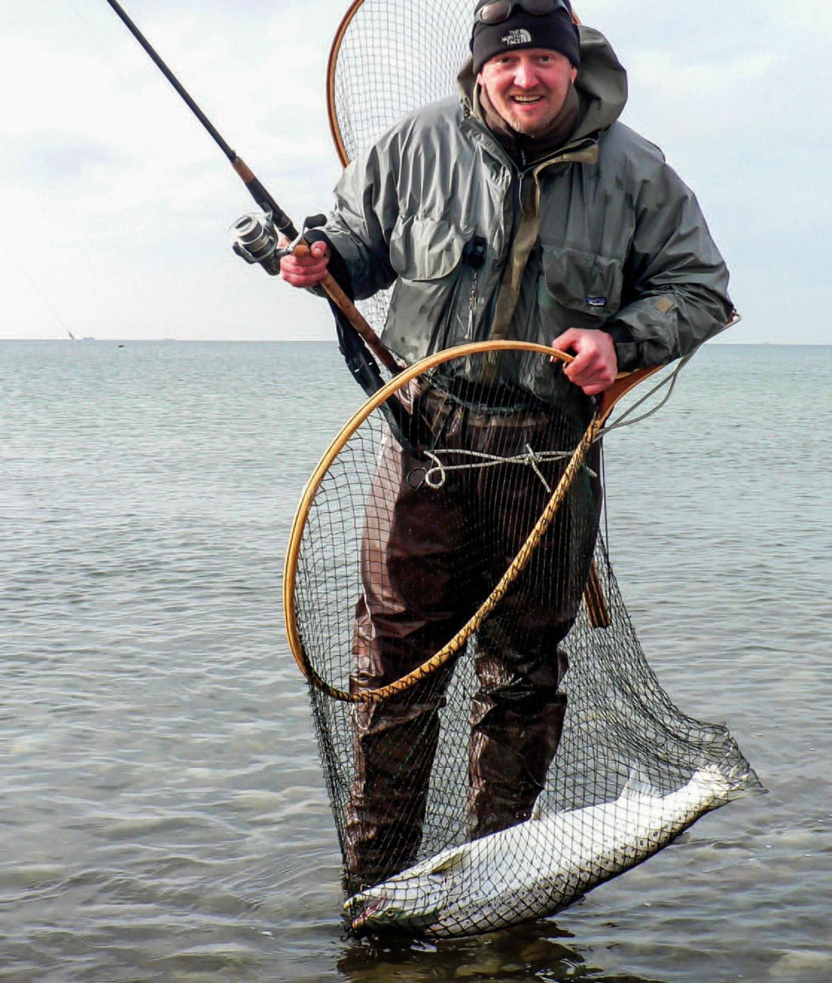 Det er altid godt med et stort net. Her ses Erik med en smuk 78 centimeters overspringer.