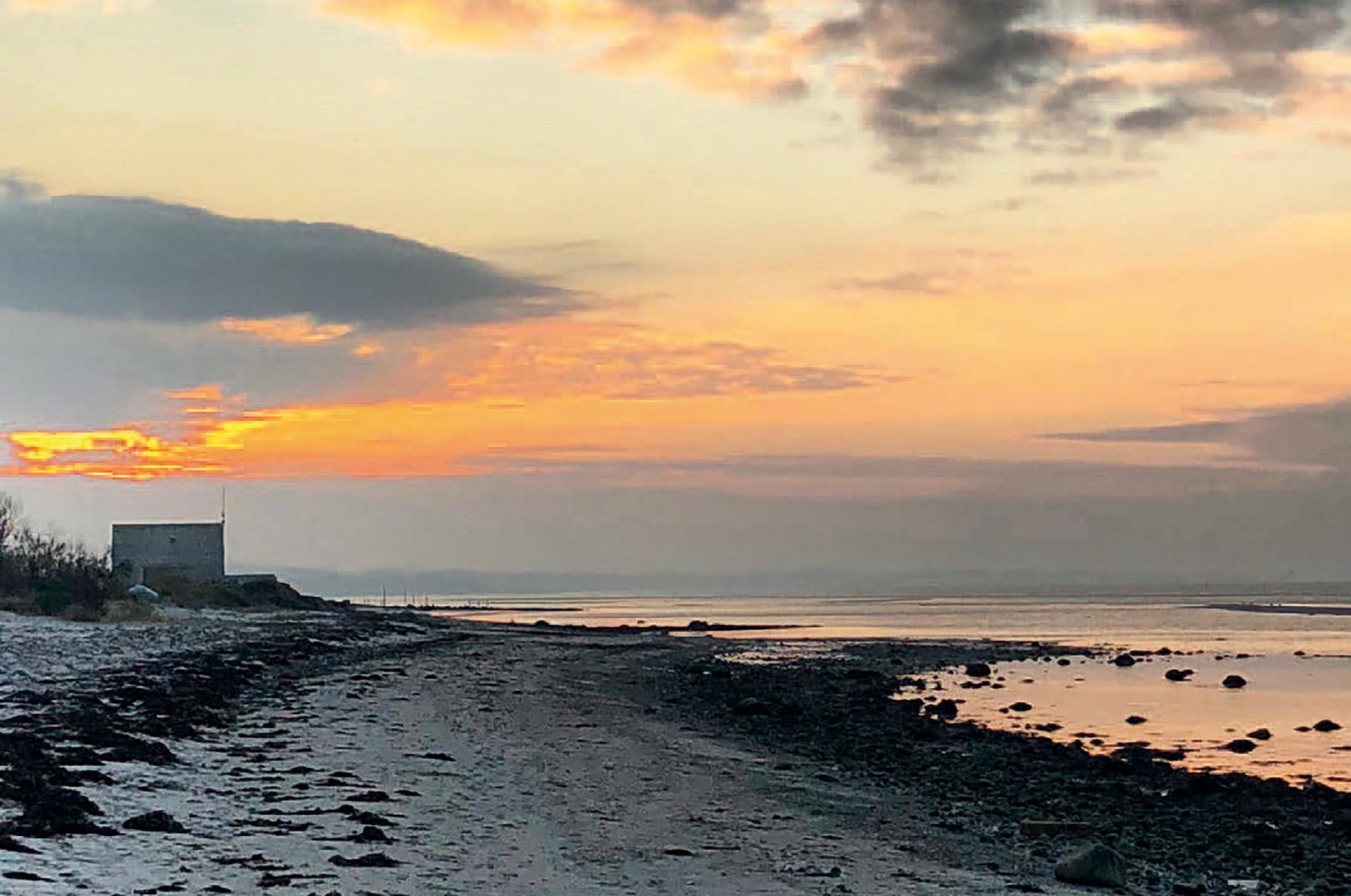 Lav sol over Fjellerup Strand, der er en af de meste kendte pladser på Djursland.