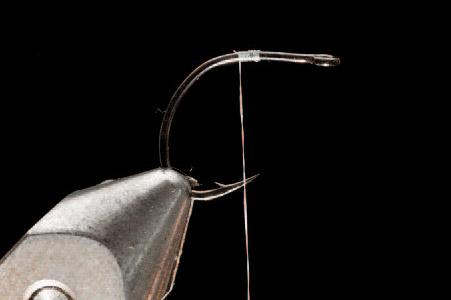 1. Sæt krogen i stikket og tørn bindetråden på, så den hænger over krogspidsen.