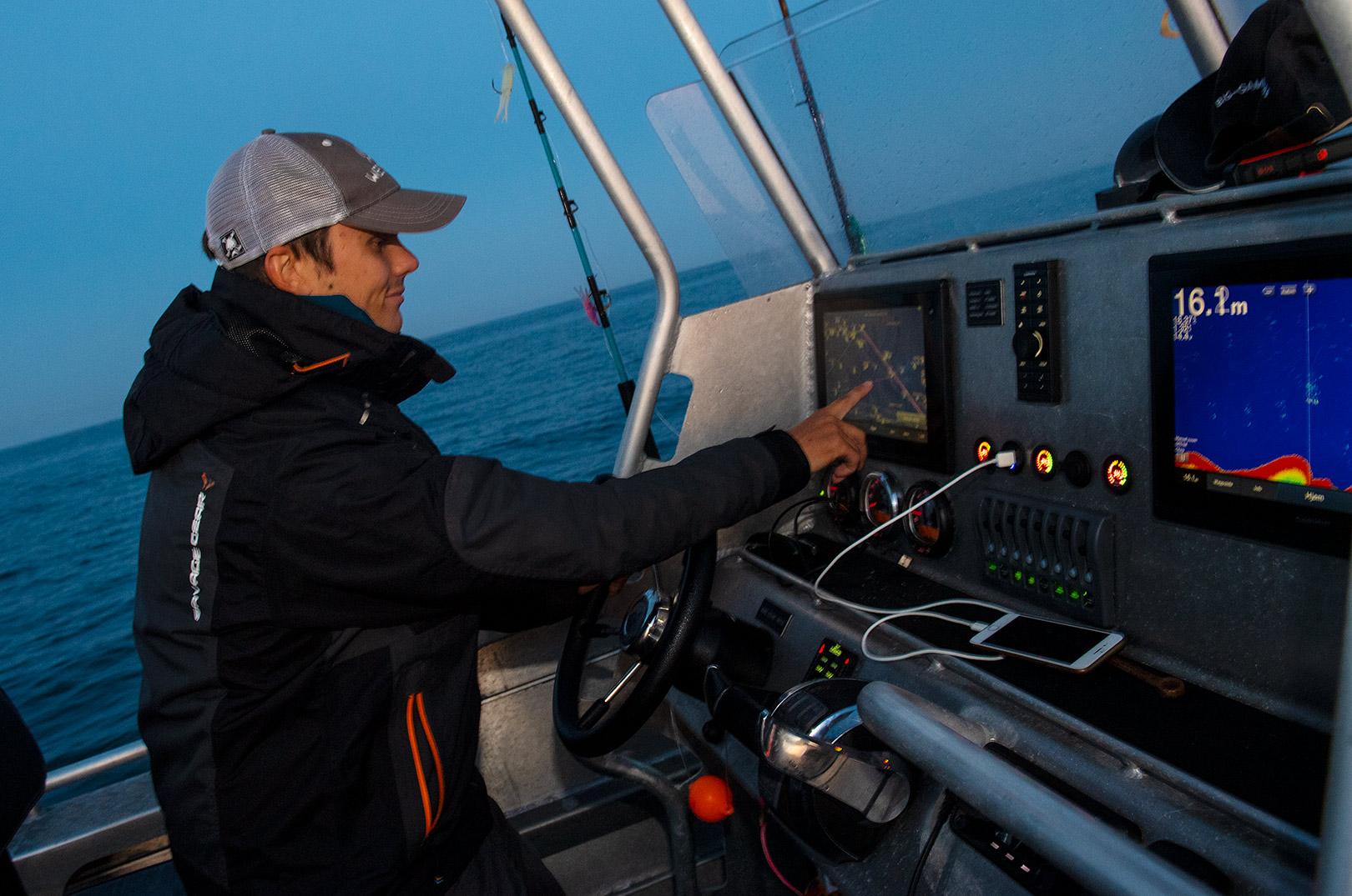 Emil Engelbrecht er på trods af sin beskedne alder en erfaren skipper. Og han ved lige præcis, hvor han skal finde fiskene.