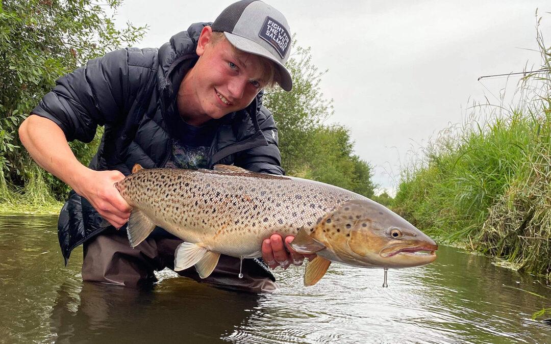 Mikkel fra Aalestrup Natur5efterskole med en flot havørred fra den lokale å.